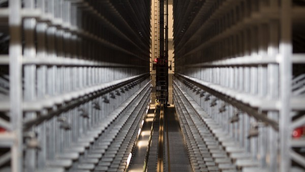The lift and travel drives of the storage and retrieval systems are continuously monitored by SmartCheck devices.